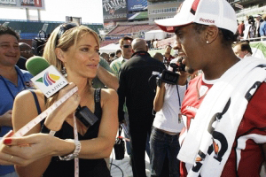 Ines-Sainz-measures-Arizona-Cardinals-wide-receiver-Steve-Breaston'-biceps-by-AP, Sexism and discrimination in sports: l'affaire Ines Sainz, National News & Views