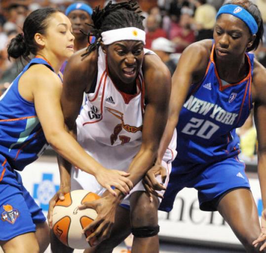 WNBA-Connecticut-Sun-Kerri-Gardin-ctr-2008-by-Tim-Cook-AP, Sexism and discrimination in sports: l'affaire Ines Sainz, National News & Views