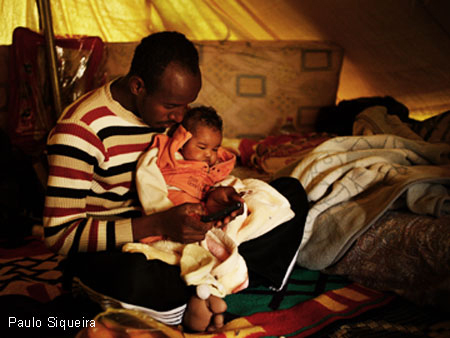 Libya-dad-with-baby-by-Paulo-Siqueira, Bombing Libya 1986-2011, World News & Views