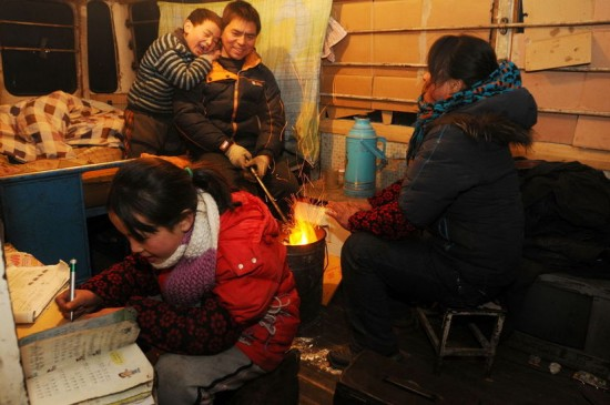 Feng-Zeng-wife-3-kids-living-in-minibus-4-years-Henan-Province-China, Sleeping on the street, National News & Views