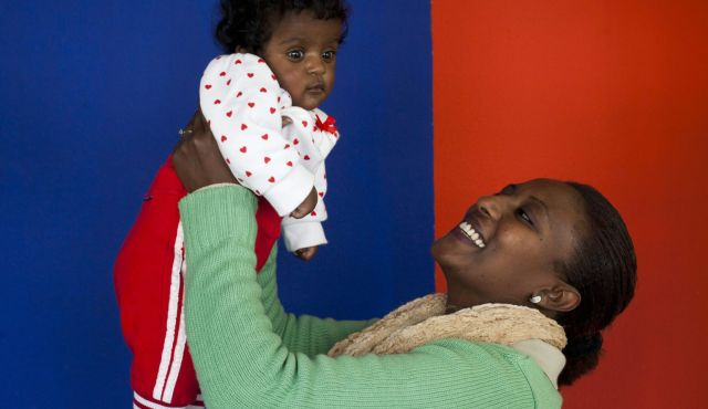 Israeli-Ethiopian-mother-and-baby-by-Tomer-Appelbaum, Israel: Ethiopian Jews' birth rate falls 50%, World News & Views
