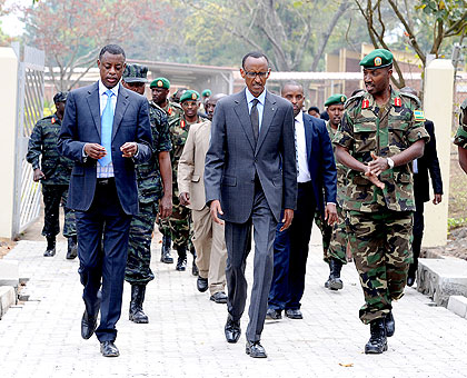 Rwandan Defense Minister James Kabarebe, President Paul Kagame, Defense Force Chief Charles Kayonga tour RDF Command & S