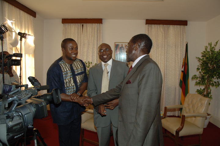 Interview day - Roy Agyemang greeting President Mugabe alongside Garikayi 2009, web