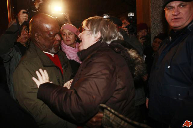 Lynne Stewart embraces Ralph Poynter before surrendering for prison at fed court 111909 by AP
