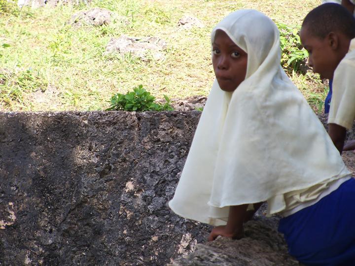 Mangapwani Slave Cave school children peer in 0713 by Wanda