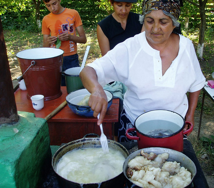 Gypsy-woman-cooks-pig-stomach-hog-maw-by-Chuck-Todaro-web, African Americans and the Gypsies: a cultural relationship formed through hardships, World News & Views