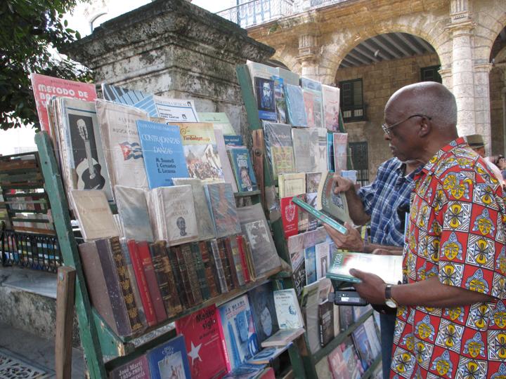 Richmond Regla Cuba Tour Willie Thompson bookstand Plaza de Armas, Habana 1213 courtesy Tarnel Abbott, web