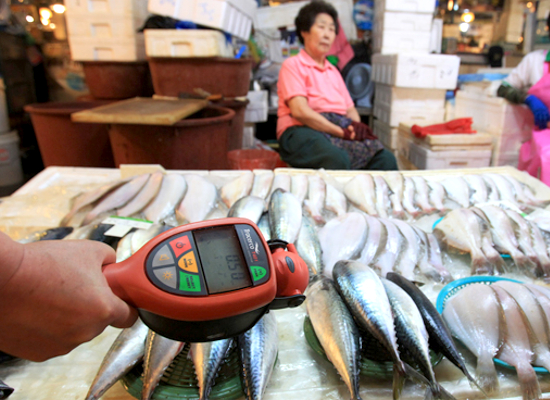 Fish-tested-for-radioactivity-after-Korea-banned-fish-from-Japan-by-Ahn-Young-joon-AP, A global threat: Fukushima fallout damaged the thyroids of California babies, World News & Views