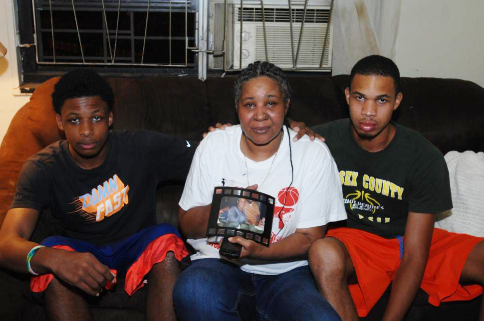 Eric-Garners-wife-Esaw-son-Eric-mourn-by-Sam-Costanza-NY-Daily-News, Eric Garner, father of 6, killed in chokehold by NYPD for selling untaxed cigarettes, National News & Views