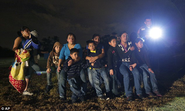 Refugee children from Honduras and El Salvador are stopped in Granjeno, Texas. – Photo: Eric Gay, AP