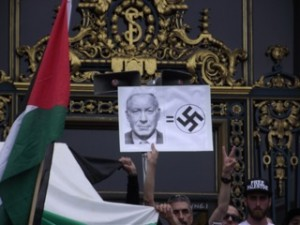 One San Francisco protester likens Israeli Prime Minister Netenyahu to the Nazis. – Photo: Col. Nyati Bolt