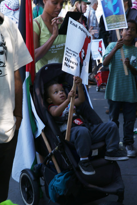 """Families with little children learning to fight for justice joined the march to """"block the boat"""" at the Port of Oakland. – Photo: Malaika Kambon"""