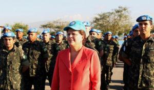 Brazilian President Dilma Rousseff reviews U.N. troops in Haiti. – Photo: Blog do Planalto