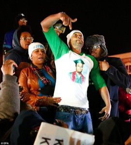 """After hearing that the Ferguson grand jury had refused to indict Michael Brown's killer cop, Mike's stepfather, Louis Head, tried to comfort his wife, Mike's mother, Lesley McSpadden; then, overwhelmed with grief and rage, he turned and shouted, """"Burn this b**** down!"""" to the crowd outside the police station. – Photo: EPA"""