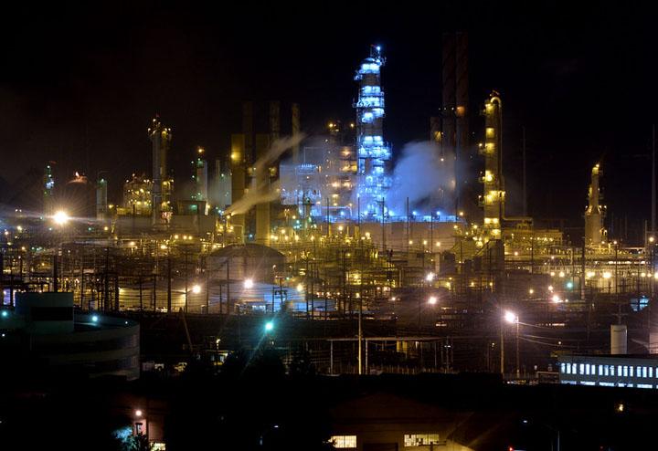 Chevron oil refinery in Richmond at night – Photo: Doug Duran, Bay Area News Group