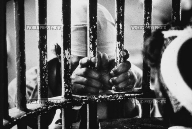 """Nuns offer spiritual support for prisoners,"" winner of third prize, World Press International, 1977 – Photo: John H. White"
