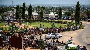 Burundians line the streets of Bujumbura to celebrate the return of Burundian President Nkurunziza after a failed coup attempt in May. – Photo: AFP
