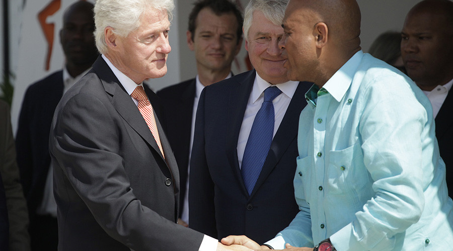 Former U.S. President Bill Clinton shakes hands with Haiti's President Michel Martelly. – Photo: © Andres Martinez Casares, Reuters