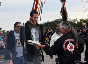 Colin-Kaepernick-honored-by-AIM-spiritual-leader-Fred-Short-w-eagle-feathers-speaks-Indigenous-Peoples-Sunrise-Gathering-Alcatraz-112317-by-Christopher-Burquez-Native-News-Online-300x218, Dennis Banks, warrior for Indian rights, presénte, Culture Currents