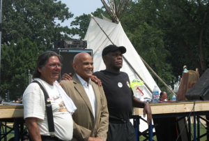 Dennis-Banks-Harry-Belafonte-Danny-Glover-at-DC-rally-completing-Longest-Walk-2-071108-by-Brenda-Norrell-Censored-News-300x202, Dennis Banks, warrior for Indian rights, presénte, Culture Currents
