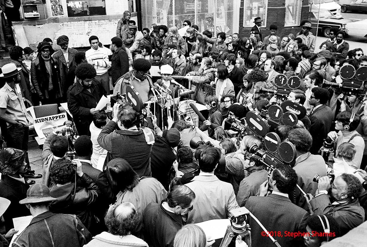Black-Panther-Party-Deputy-Minister-of-Information-Elbert-Big-Man-Howard-holds-sidewalk-news-conf-in-DC-112770-by-Stephen-Shames, Rest in power, Elbert 'Big Man' Howard, founding father of the Black Panther Party, World News & Views