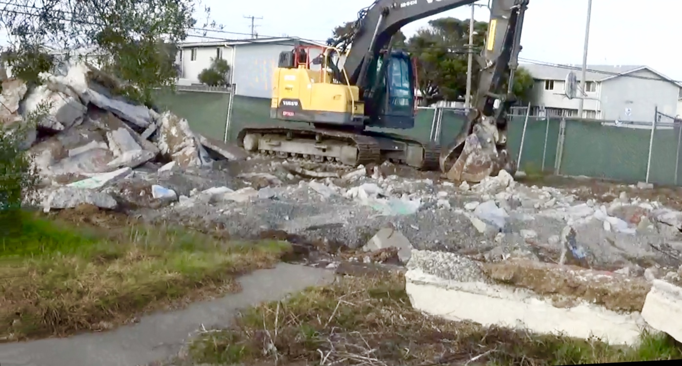 Treasure-Island-demolition-of-1217-Mariner-St-townhouse-by-Carol-Harvey, Navy removes an estimated 163+ new radiation deposits from two toxic dumps and dangerously radioactive soil from under occupied Treasure Island home, Local News & Views
