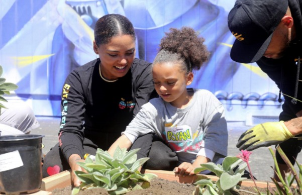 Ayesha-Ryan-Stephen-Curry-at-Eat.-Learn.-Play-dedication-of-new-Franklin-Elementary-garden-061221-by-Kelly-Sullivan-Getty-Images, The Curry family helps renovate and unveil new playground at East Oakland elementary school, Local News & Views